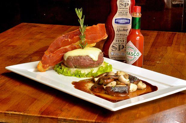 O hambúrguer Caçador, do Brown Sugar, é feito de carne de picanha e acompanha muçarela de búfala, champignons salteados, chips parma e molho caçador (Foto: Divulgação)