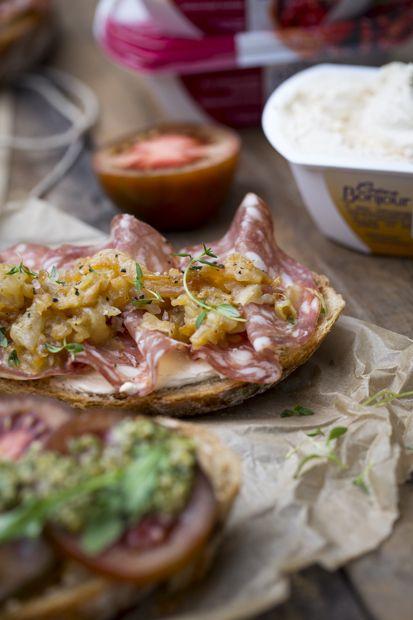 Bruschetta topped with salami and roasted onions. http://www.jotainmaukasta.fi/2015/04/22/pikinikevaana-bruschetta/