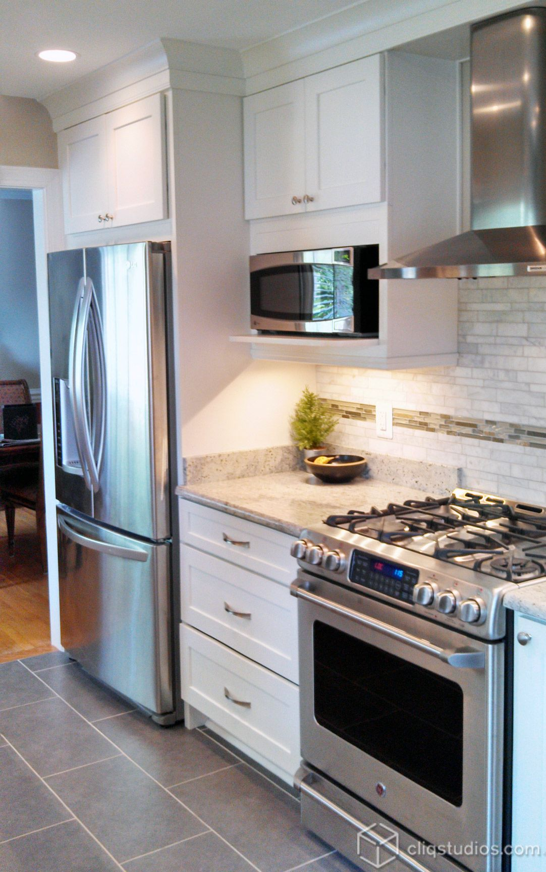 Dayton painted white mission kitchen cabinets from for Cocinas integrales chiquitas