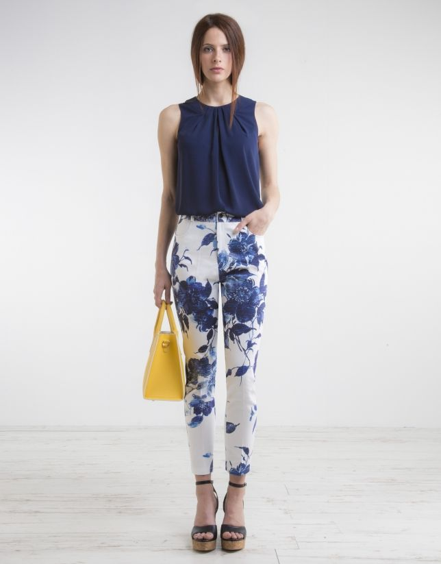 Pantalón strech de mujer, tiro alto color marino, cinco bolsillos, cierre con botón personalizado y trabillas para cinturón.