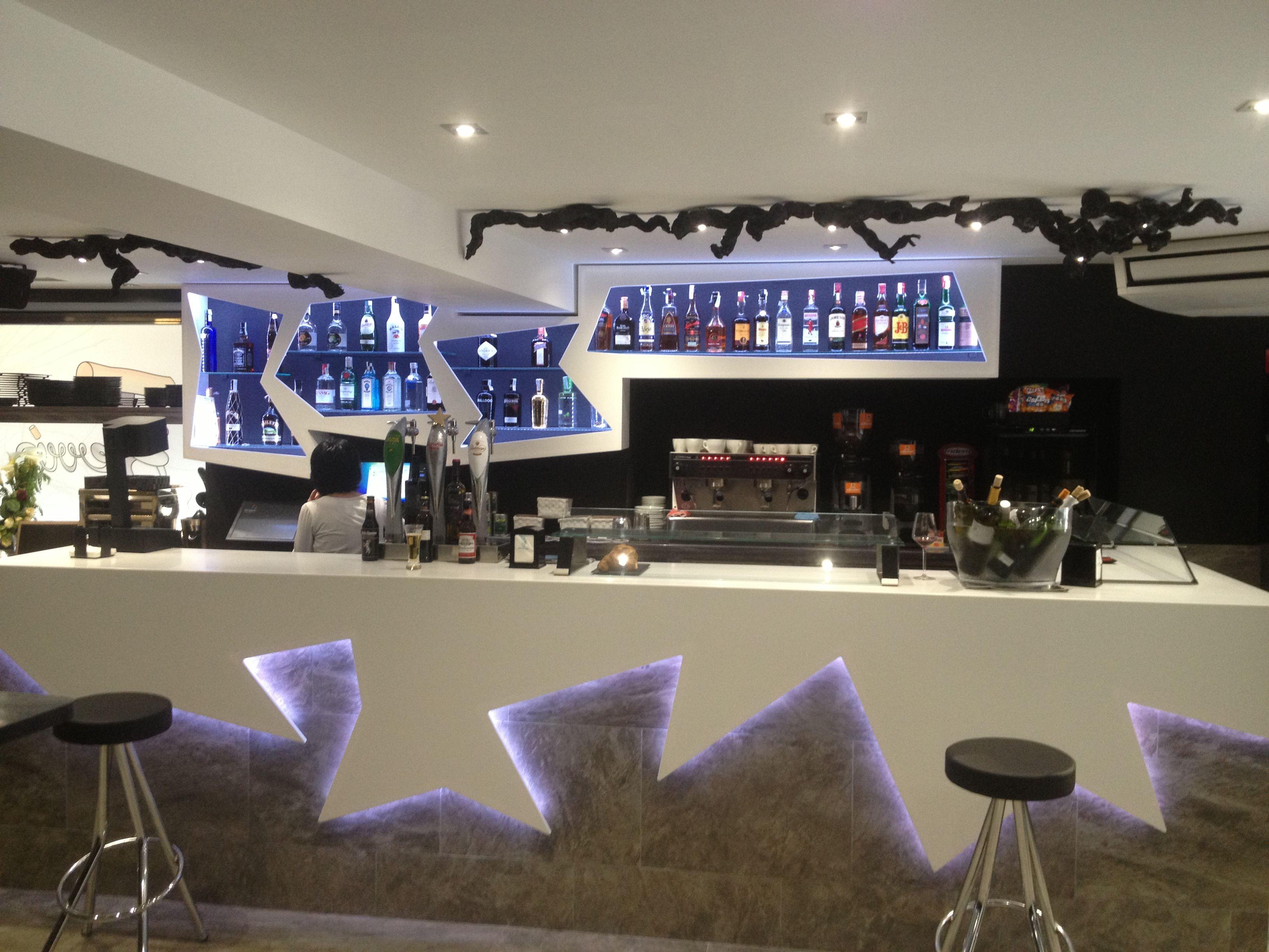 Bar iluminado con tiras de led rgb en barra y botellero y - Botelleros para bar ...