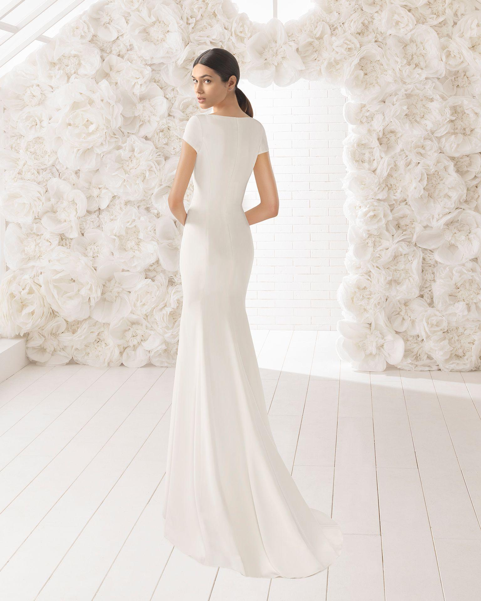 Um vestido que não conseguirá tirar da cabeça. É um modelo de corte direito  confecionado em crepe com um imponente decote em bico e uma subtil manga ... 10e630899d