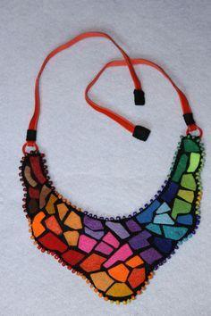 Collar babero, diseño Mosaico, realizado en fieltro, ribeteado con mostacillones, Cierre terminacion con cintas naranjas de terciopelo