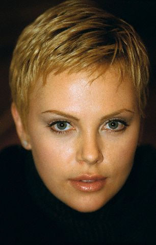 charlize theron beautiful pinterest cheveux courts. Black Bedroom Furniture Sets. Home Design Ideas