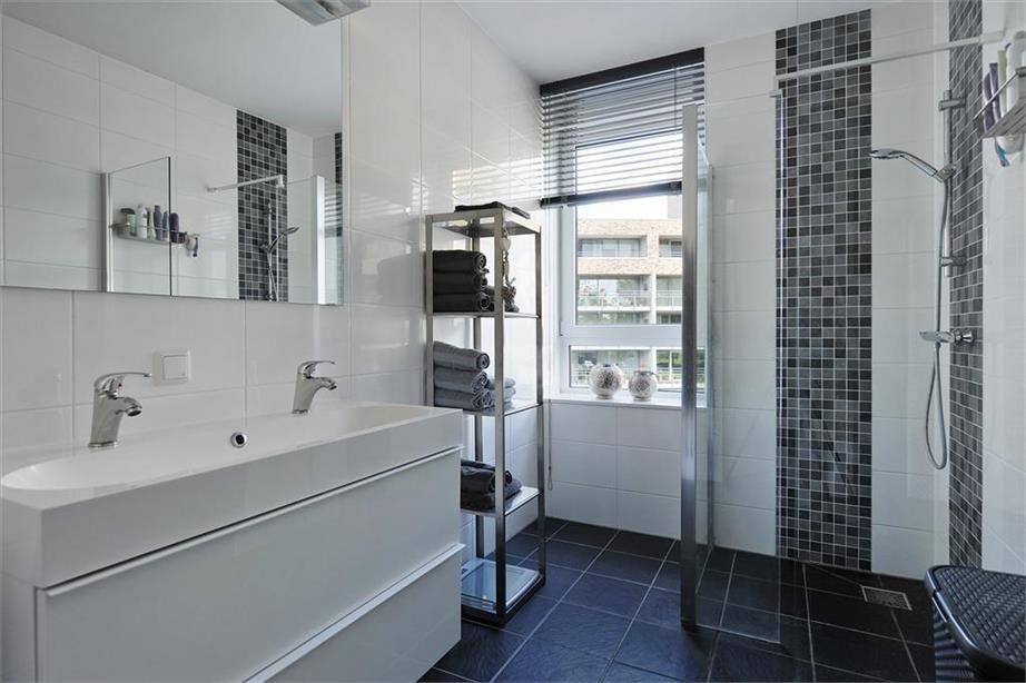 Kleine badkamer met dubbele wastafel en inloopdouche badkamer