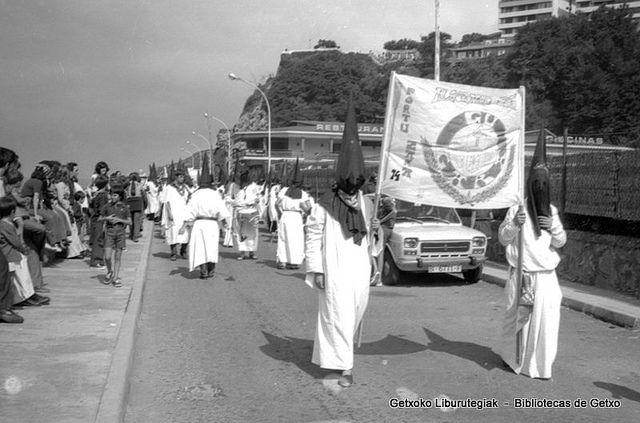 Gu Gara lagun taldea Portu Zaharreko jaietako laguntaldeen desfilean / Cuadrilla Gu Gara en el desfile de cuadrillas de las fiestas del Puerto Viejo, 1974 (ref. SC0548)  Foto: Eugenio Gandiaga