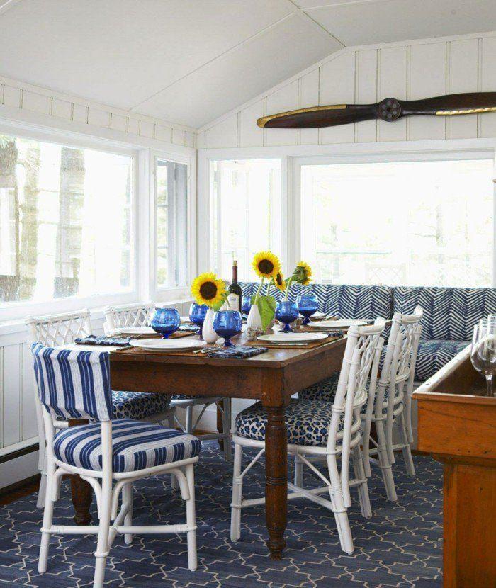 Esszimmer Einrichten Landhausstil Holztisch Dunkelblauer Teppich