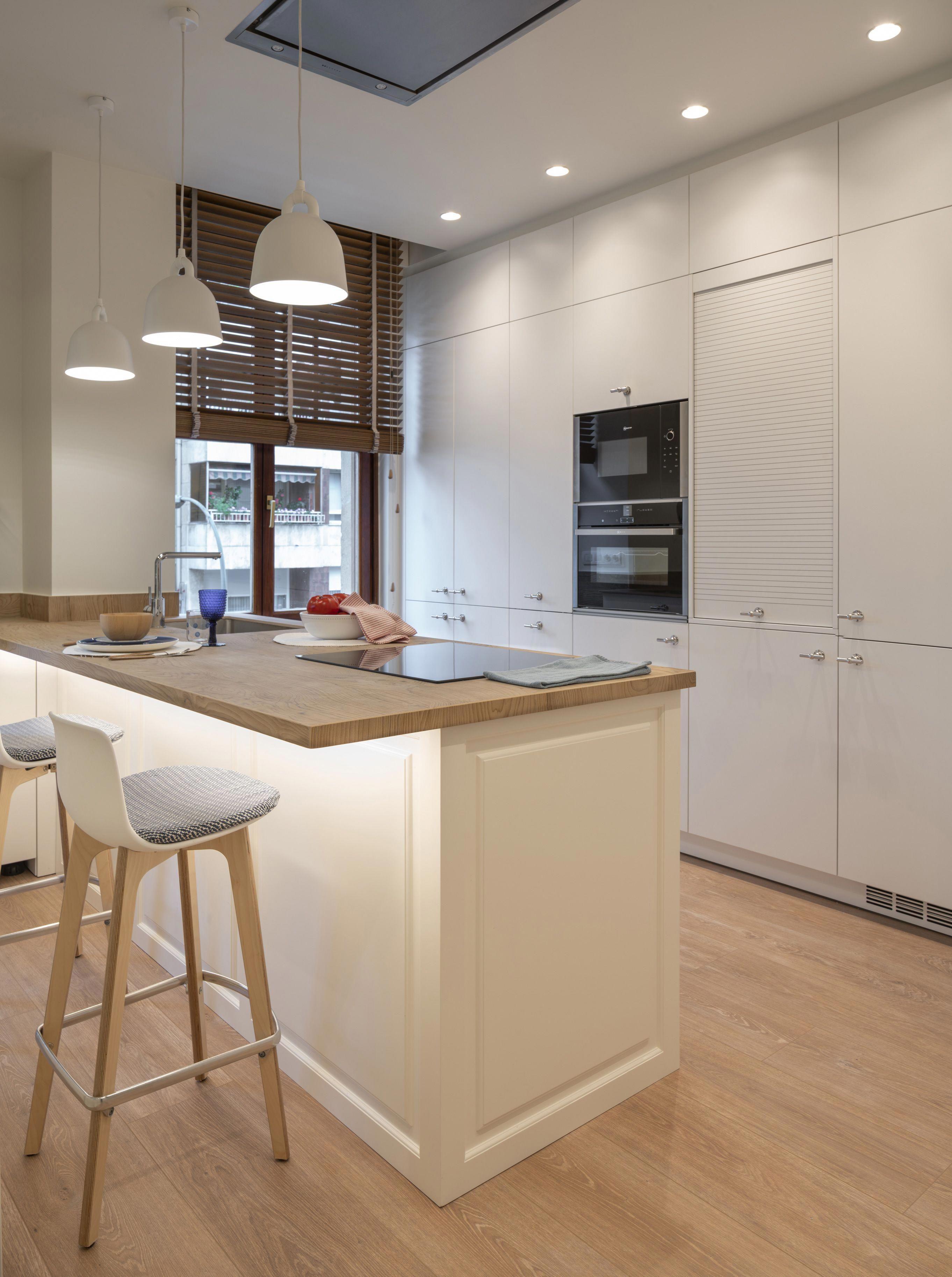 Diseno Interior De Cocina En Blanco Y Madera Con Peninsula Cocina Santos Estudio Bilbao Taburetes Small Kitchen Decor Interior Design Kitchen Kitchen Design