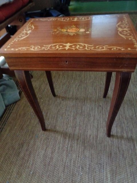 ITALIAN INLAID MARQUETRY TABLE WITH SWISS REUGE MUSIC BOX