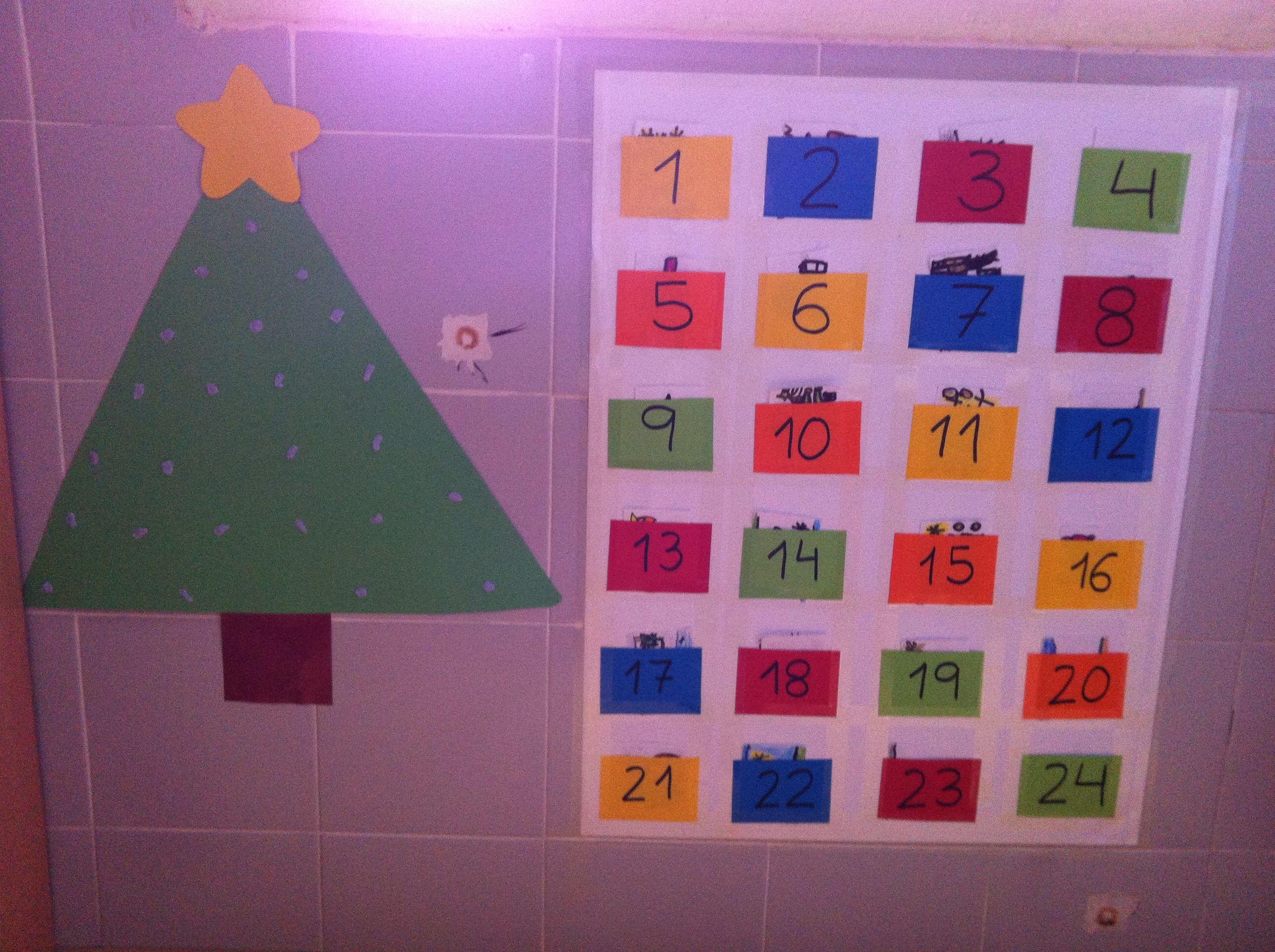 Calendario de adviento para niños. Dentro de cada número hay un dibujito navideño hecho por ellos. Cada día sacan uno y lo pegan en el árbol. Ideal y facilísimo.