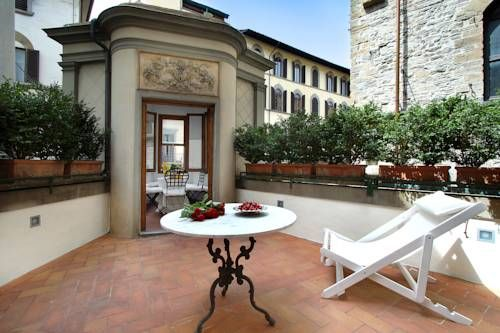 Terrazza De Medici Firenze Featuring a terrace with views of Piazza Frescobaldi and Ponte Santa Trinita, Terrazza De Medici offers classic accommodation in the historic centre of Florence. The property is 100 metres from Ponte Vecchio and Palazzo Pitti.