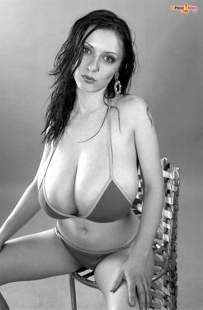 巨乳の女性の写真
