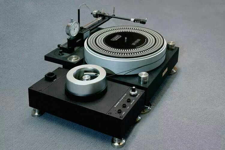 Modern High End turntable. Recordplayer #turntable #music #audio http://www.pinterest.com/TheHitman14/the-record-player-%2B/