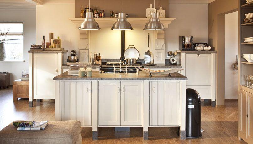 Mooie houten keuken stoere lampen boven het eiland maken for Keuken landelijk maken