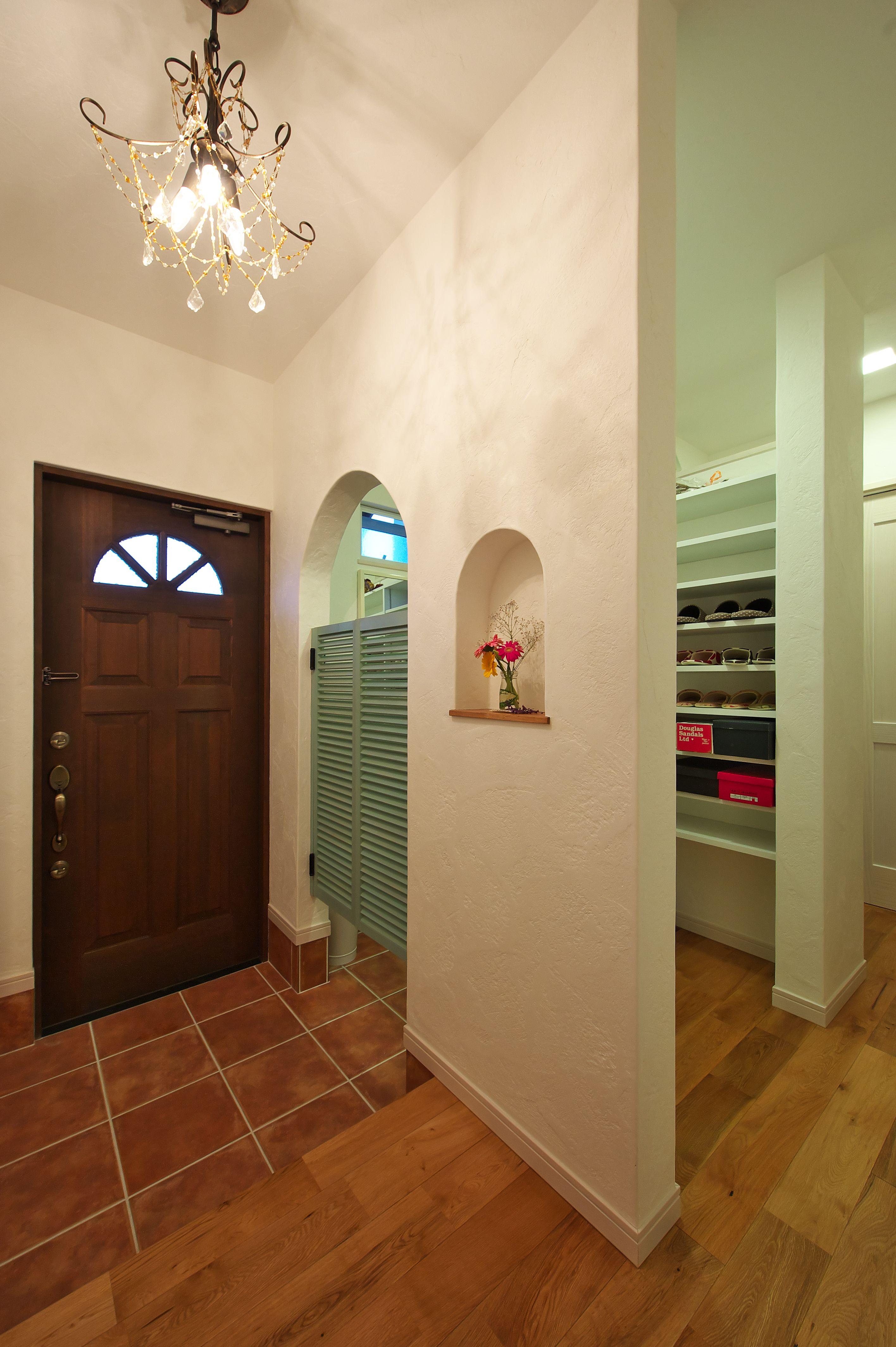 ケース98木製の玄関ドアや格子に緑が映える 大人かわいいお家 玄関