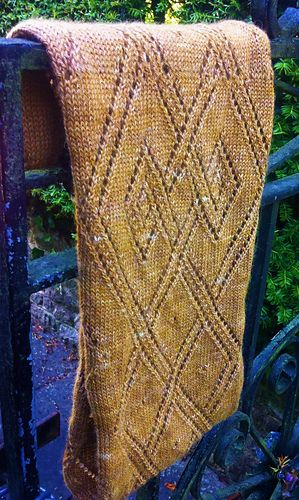 Celtic Lace Infinity Scarf pattern by Munro Sisters3 | Dos agujas