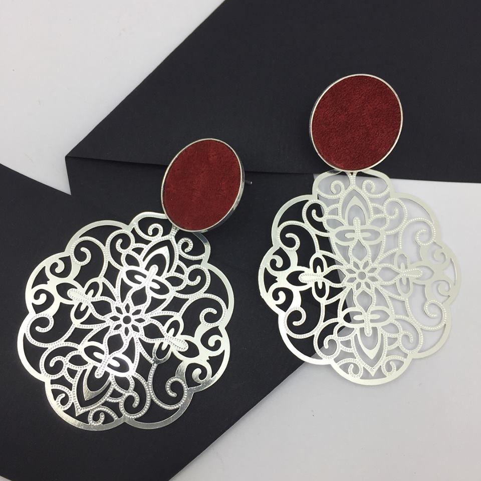 c3793c98f027 Hermosos aros de peltre bañados en plata con aplicación en cuero rojo  Atrévete con nuestros exclusivos
