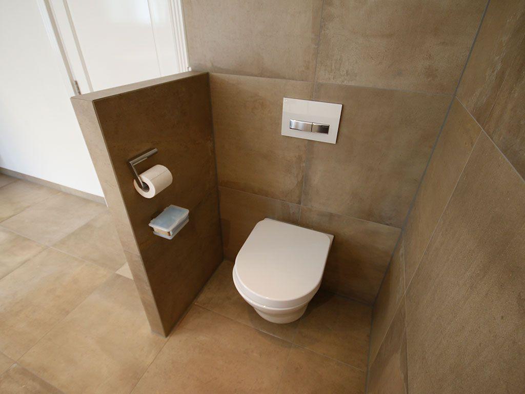 Het toilet is uit het zicht gehaald door ook hier een laag muurtje ...