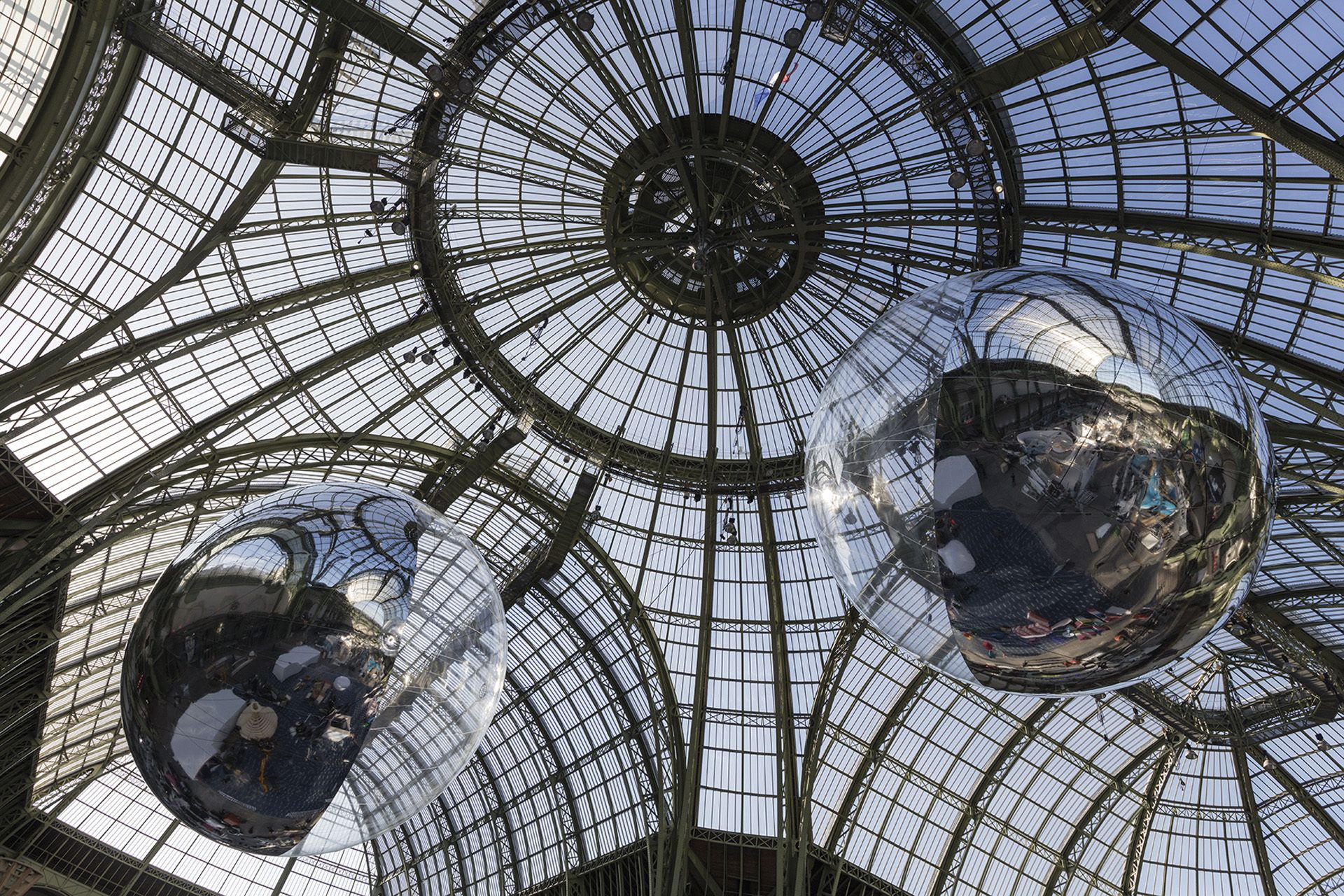 Tomás Saraceno apresenta em COP21 as esculturas cheias de ar que percorrerão o mundo