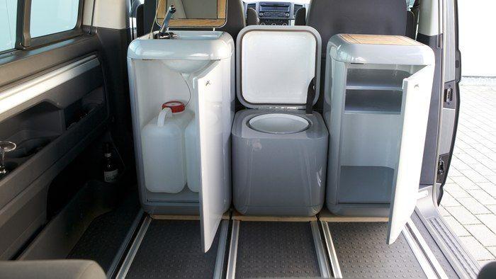 Cajas de amigos montado dentro de una furgoneta