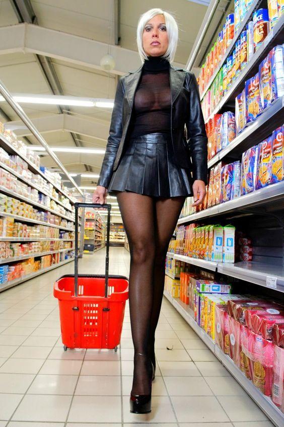 В супермаркете под юбкой фото жены любительские снимки