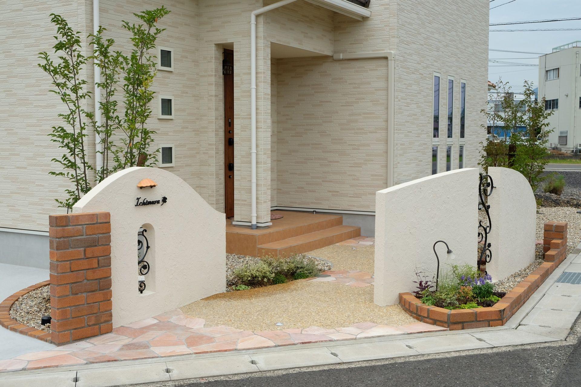 角地をおしゃれに彩る外構 アプローチ 玄関アプローチ タイル 玄関アプローチ モダン 玄関アプローチ デザイン