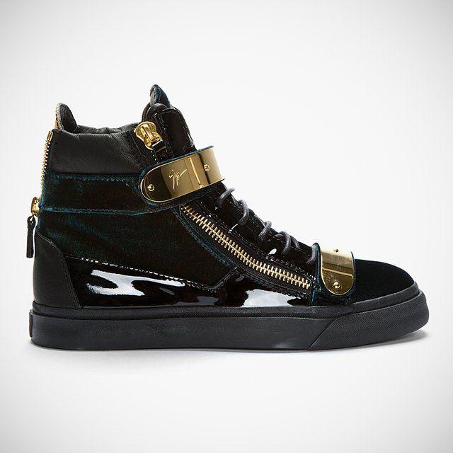 Os novos sneakers de Giuseppe Zanotti, Green Velvet High Top, são feitos de veludo verde, couro preto e fosco, e fechos de ouro metálico em um conjunto que resulta em item luxuoso que está sendo vendido exclusivamente pela ssense por $895.