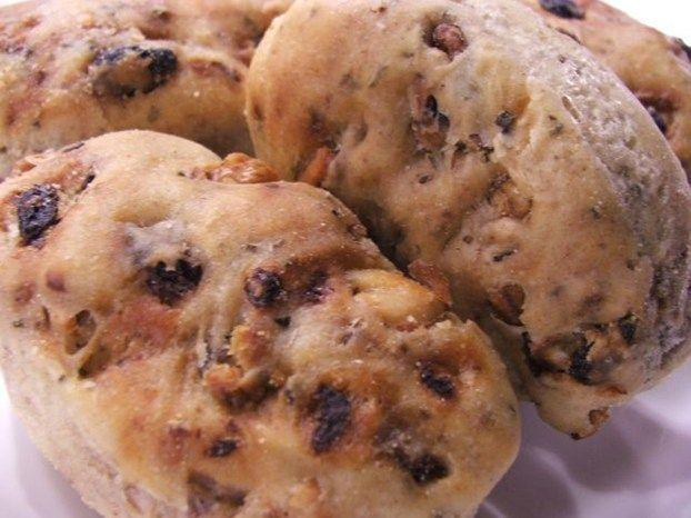 Tenerezze di pane all'olio con noci, uva passa e rosmarino