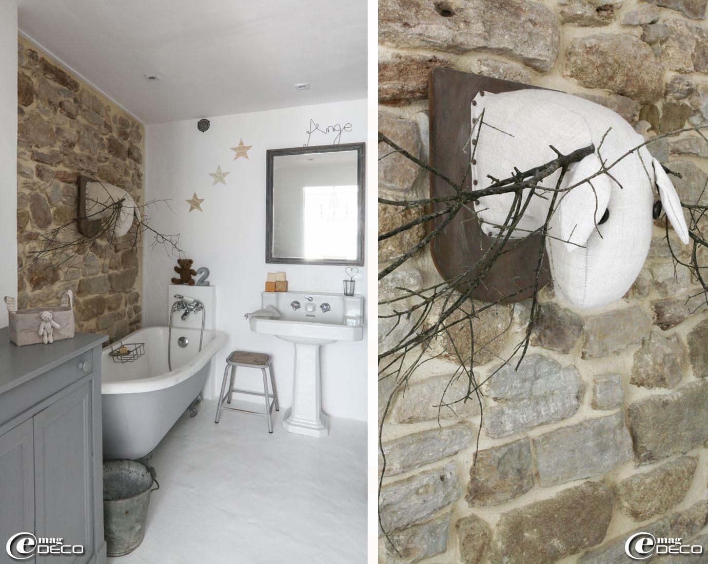 ancienne baignoire sur pieds et lavabo sur colonne d got s sur tabouret de l arm e. Black Bedroom Furniture Sets. Home Design Ideas