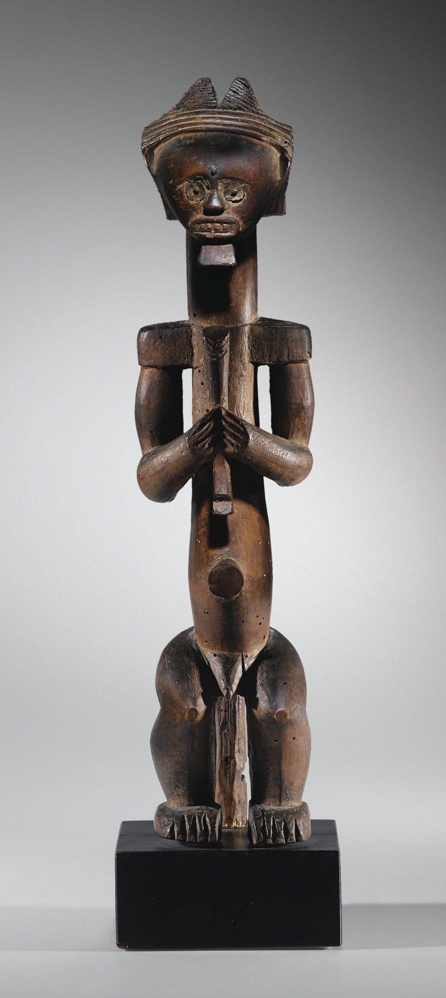 Figure de reliquaire, Fang, Cameroun | lot | Sotheby's Célébrée dès les années 1910 de part et d'autre de l'Atlantique par les membres de l'avant-garde, la statuaire de la région côtière du Cameroun – la première collectée parmi les styles Fang de la zone Gabon, Cameroun, Guinée Équatoriale – s'impose aujourd'hui comme l'un des corpus les plus restreints et les plus individualisés de l'emblématique art Fang. De petite dimension, ce qui est rare, cette figure de reliquaire eyima byeri, est…