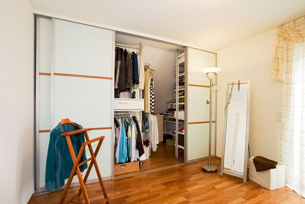 Schlafzimmerschrank und Ankleide begehbar mit Schiebetüren und ...