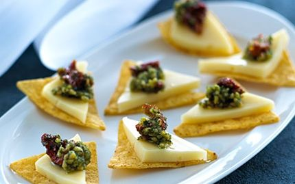 Sprøde nachos med ost og pesto - Hurtig Opskrift - Arla