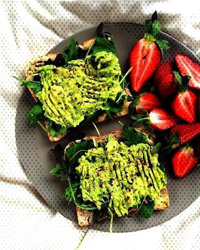 Gemse und Avocado auf Toast + Erdbeeren - *:hEaLtH -Pesto, Hummus, Gemse und Avocado auf Toast + Er
