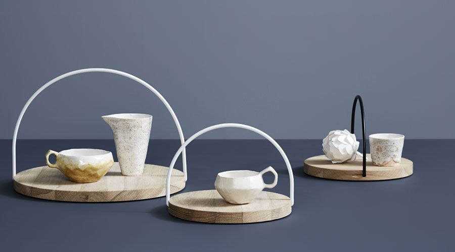 Rundes Holztablett mit bogenförmigem Griff für einen stilsicheren und funktionalen Auftritt in der Küche und auf dem Esstisch