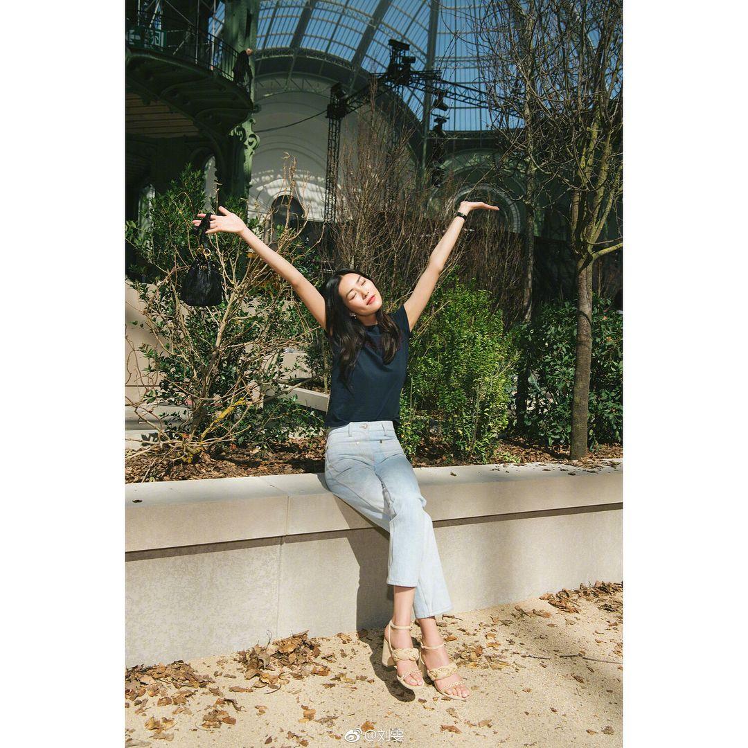 liuwenlw wei bo update   这个上午属于巴黎 #香奈儿铁塔 ,属于#香奈儿时刻#  享受这一切的美好吧 @chanelofficial 🌹💎   #刘雯 #liuwenlw #liuwen #刘雯chanel时刻 #刘雯chanel #雯香 #香家姑娘