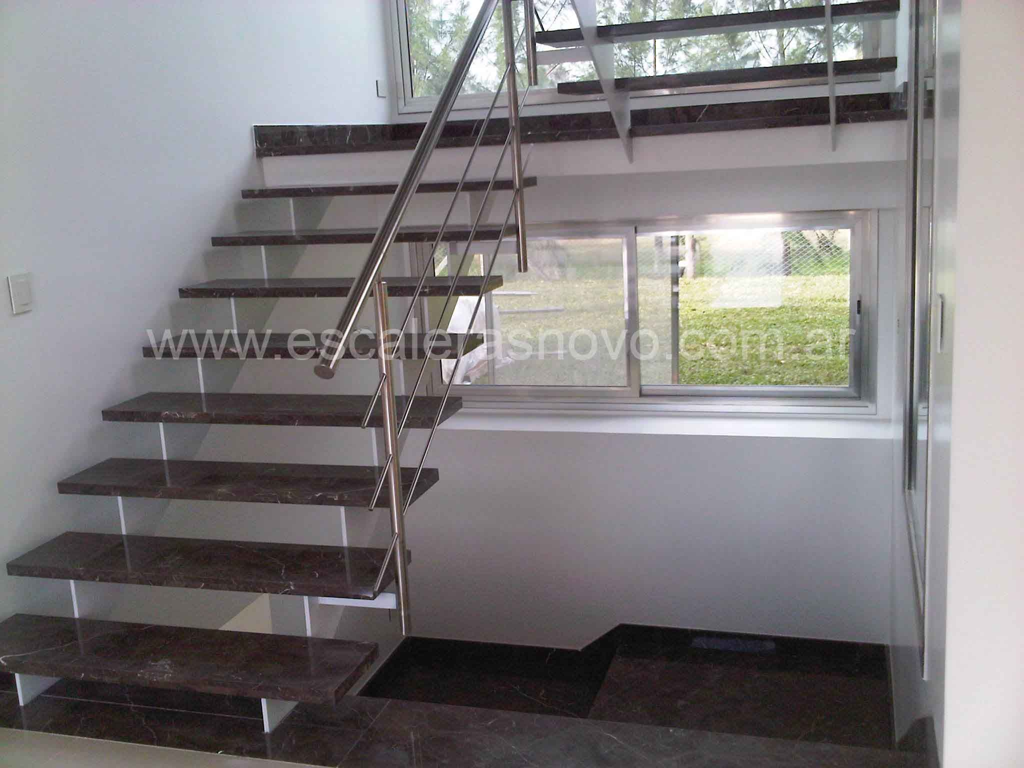Escalera de marmol con baranda en acero inoxidable for Barandas de escalera