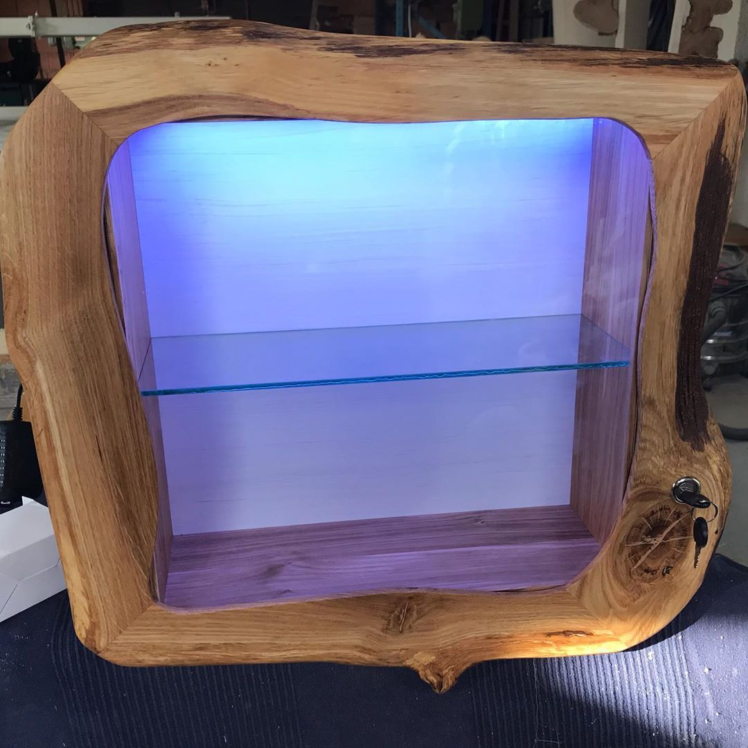 Wieder Was Fertig Bekommen Kleine Glas Vitrine Aus Eiche Mit Beleuchtung Wooddesign Wood Holz Nachhaltig Handgemacht With Images Wood Carving Decor Home Decor