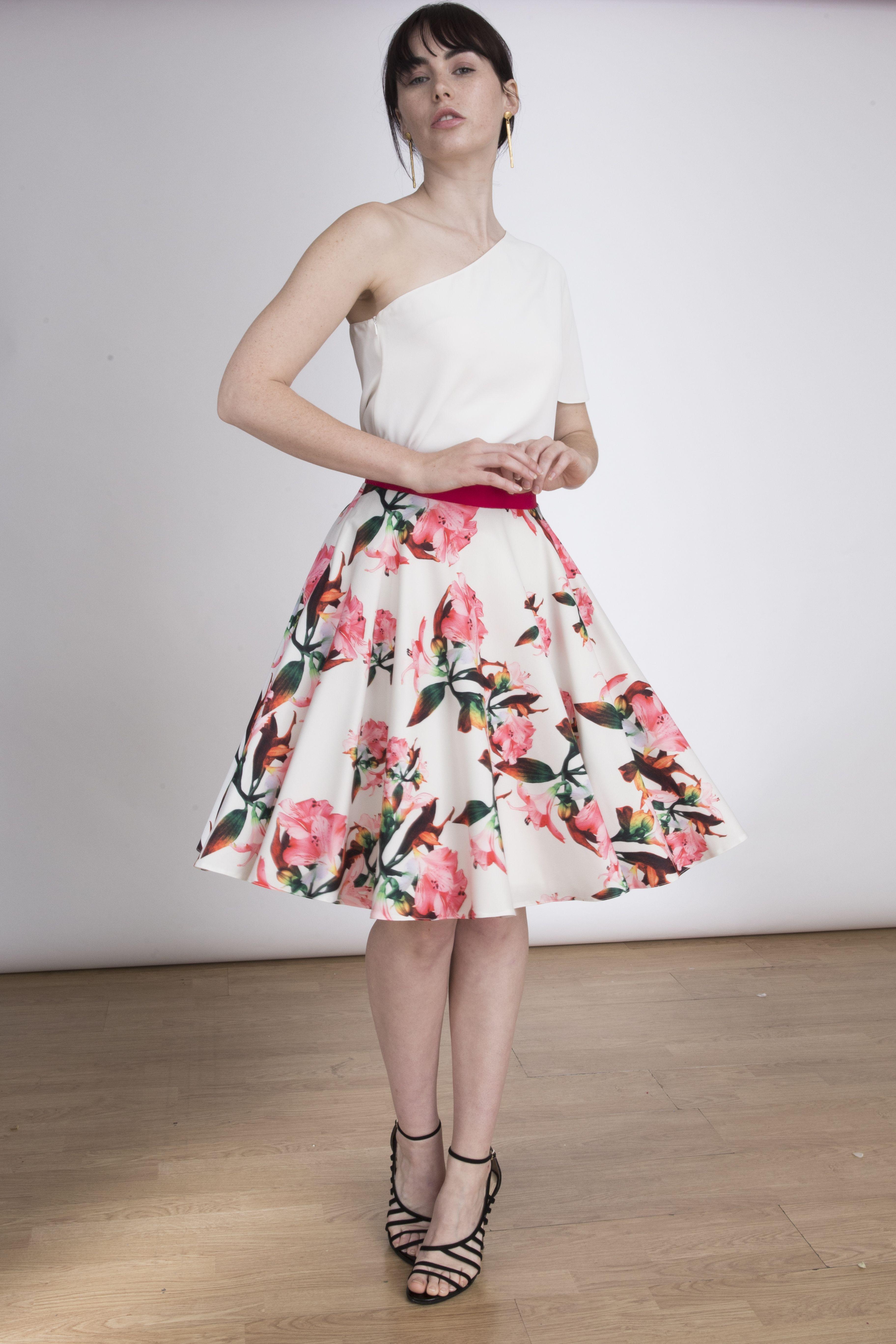 d8a07edf9 Falda con estampado floral por encima de la rodilla. La falda con vuelo  Kate está