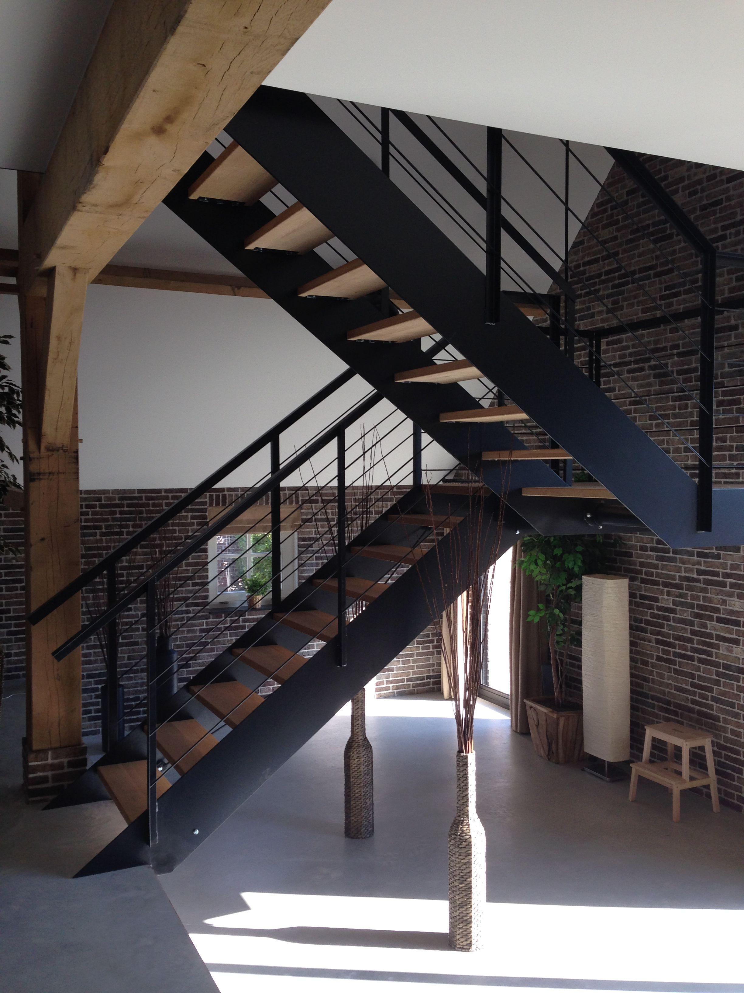 Hangende trap zwart staal met eiken treden stairs trappen pinterest staircases mezzanine - Mezzanine verlichting ...