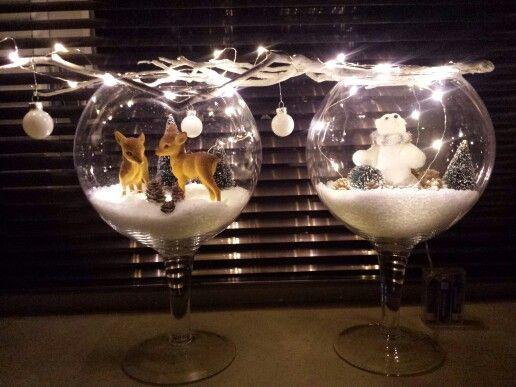 Rendier in sneeuw. winter/kerstlandschap decoratie kerst