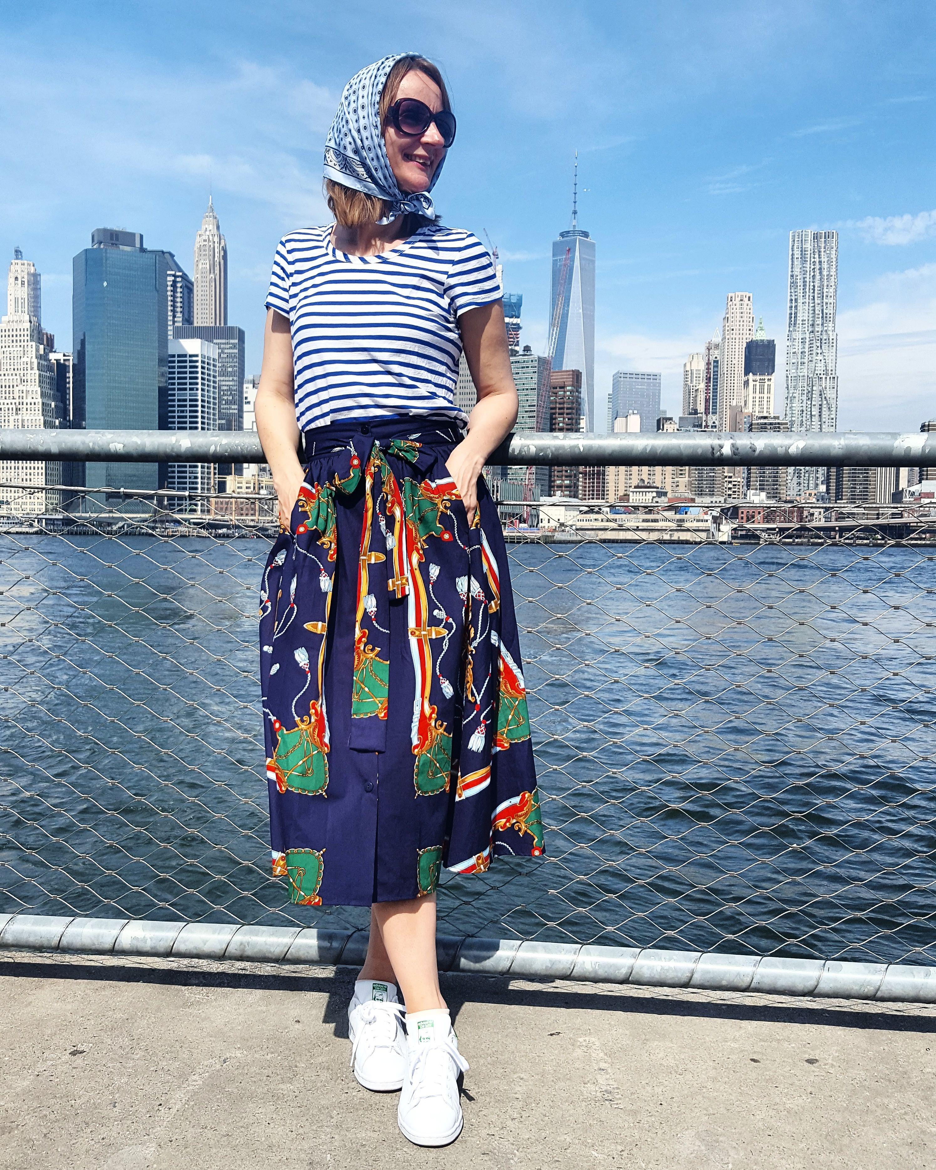 Blau im Herbst: So geht Mustermix mit Turnschuhen und wadenlangem Rock. | Oceanblue Style, Blog für Meer, Mode, Mut.