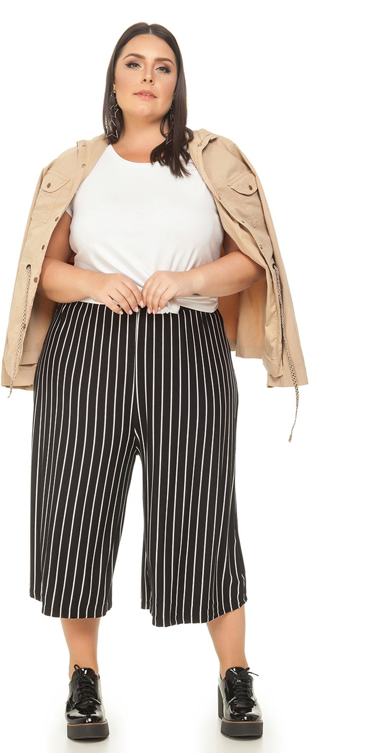 d77c7ca95 Calça Plus Size Pantacourt Listrada deixa o look super confortável e leve. Roupas  Plus Size