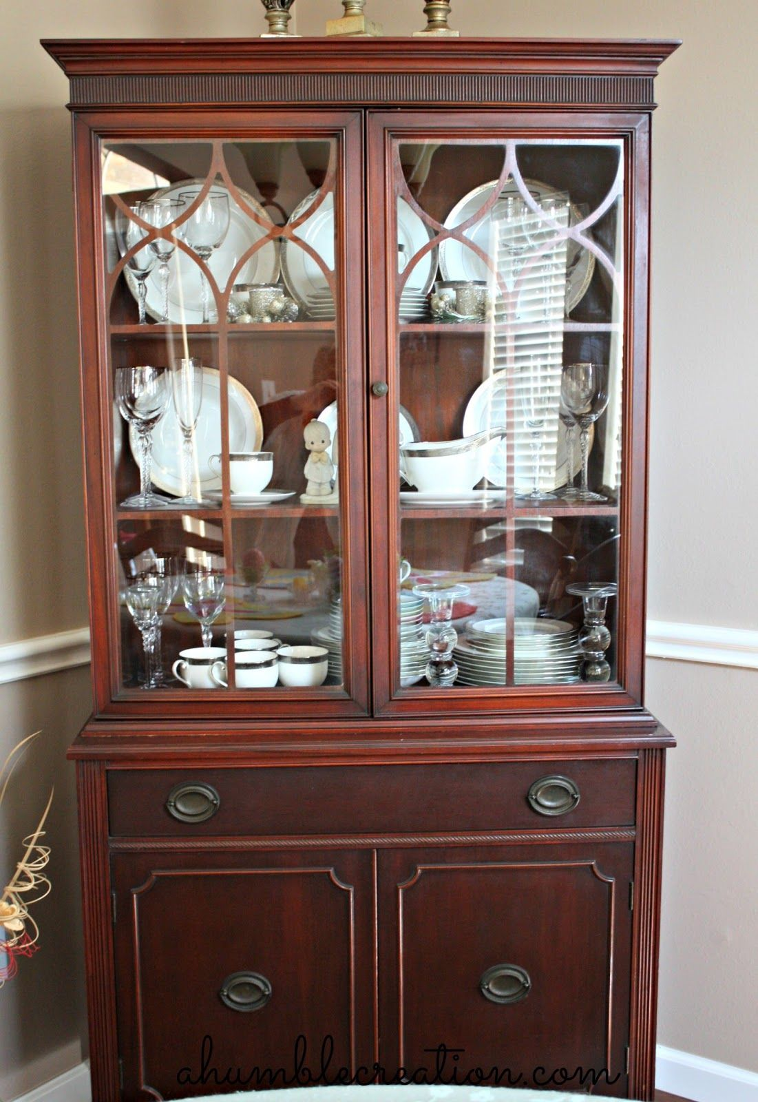 Finally found a picture of how to arrange my dining for Dining room display cabinets