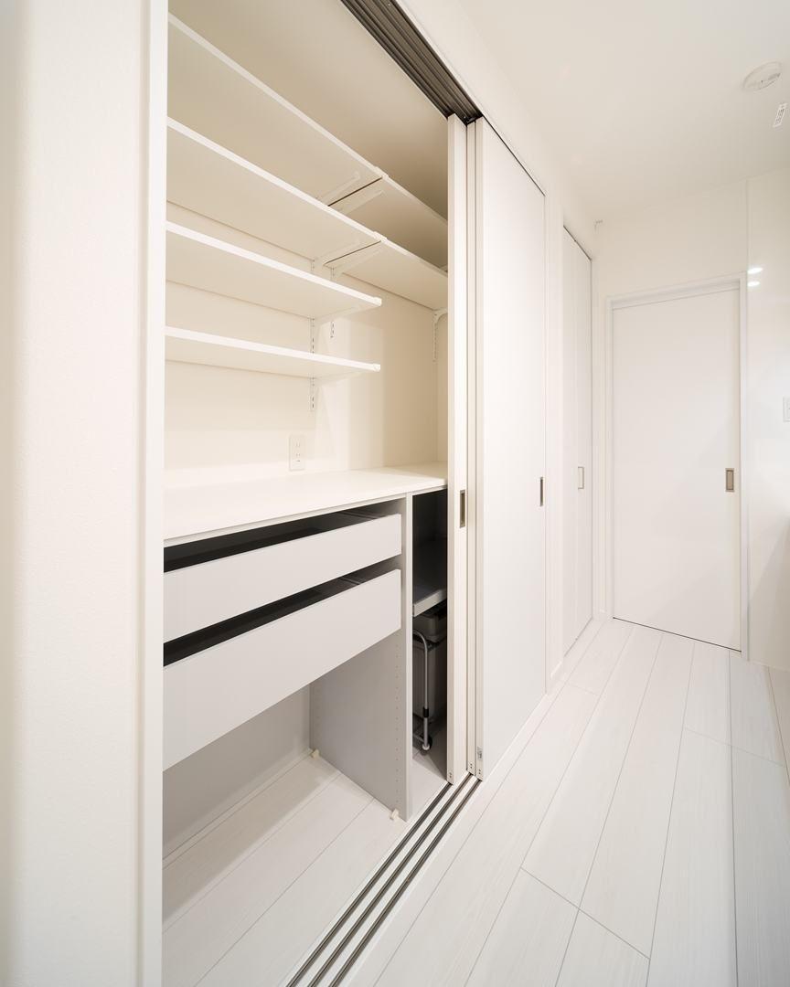 カップボード ユニモ2の収納ユニットと3枚連動の引き戸のコンビ リビング キッチン キッチン 収納 造作 キッチン 収納棚 造作