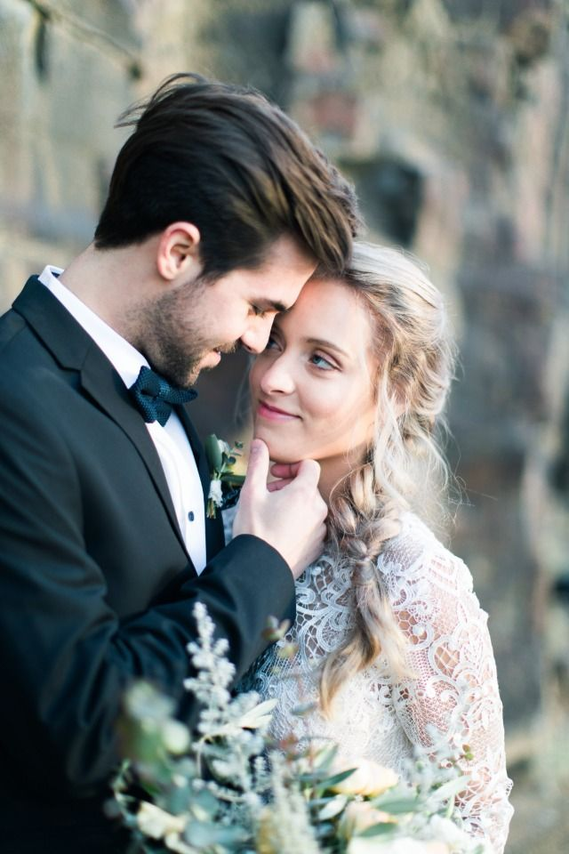 5 Tips For Having An Outdoor Wedding Wedding Photography Poses Wedding Photography Inspiration Wedding Poses