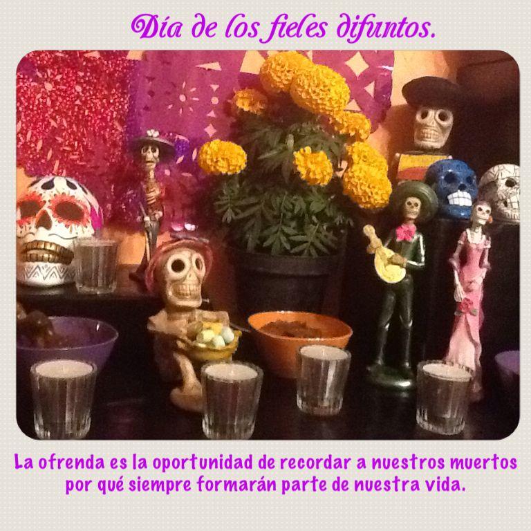 """Hay muchas tradiciones en México, pero una que más me gusta es el día dos de noviembre  conocido como """"día de muertos o día de los fieles difuntos"""" por que es una manera de recordar a nuestros seres queridos que viven en nuestro corazón."""