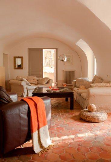 Exemple de salon avec tomettes canap moelleux inspiration pinterest - Canape en coussin de sol ...