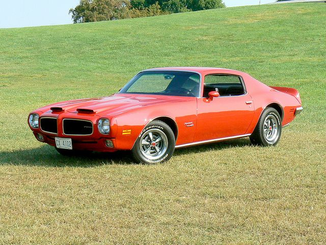 Pontiac 4OO sittin' in the Grass