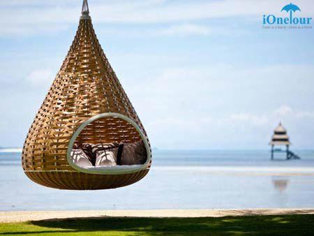 """Chiếc ghế võng hình tổ kén này là một ý tưởng du lịch tuyệt vời của người dân Philippines. Từ trong """"tổ kén"""", du khách vẫn có thể chiêm ngưỡng biển xanh nhưng không bị ánh nắng chói gắt khiến làn da bỏng rát. www.ionetour.com"""