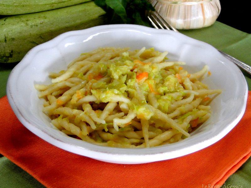 Ricetta per realizzare un primo piatto a base di verdure: TROFIE CREMOSE CON ZUCCHINE E CAROTE senza Panna. Ricetta perfetta per intolleranti latte e vegani